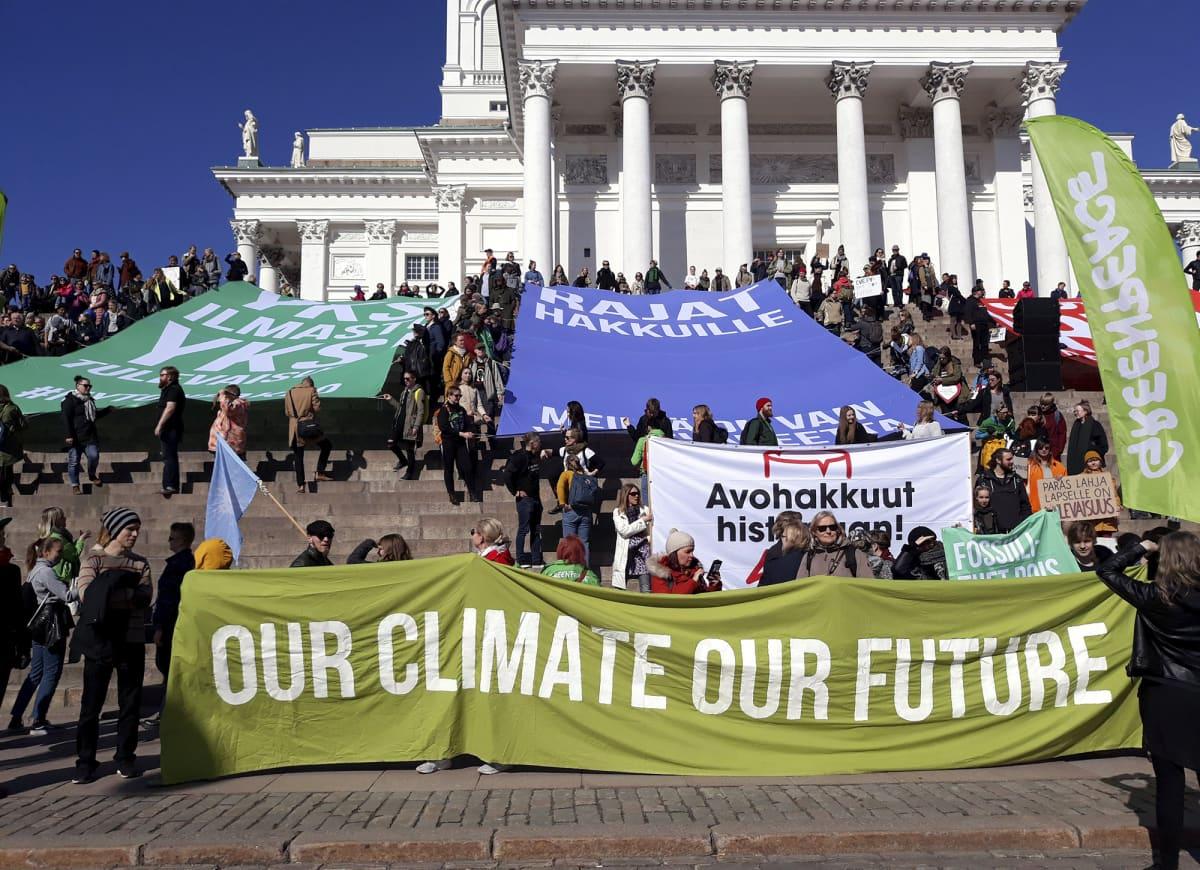 Ilmastomarssille osallistuvat kokoontuivat Senaatintorilla Helsingissä 6. huhtikuuta 2019