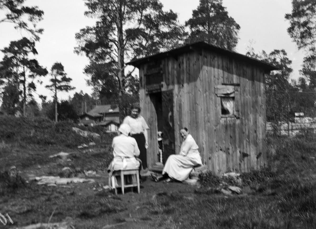 Historiallisessa kuvassa on asuntona käytetty vaja Helsingissä vuonna 1924.