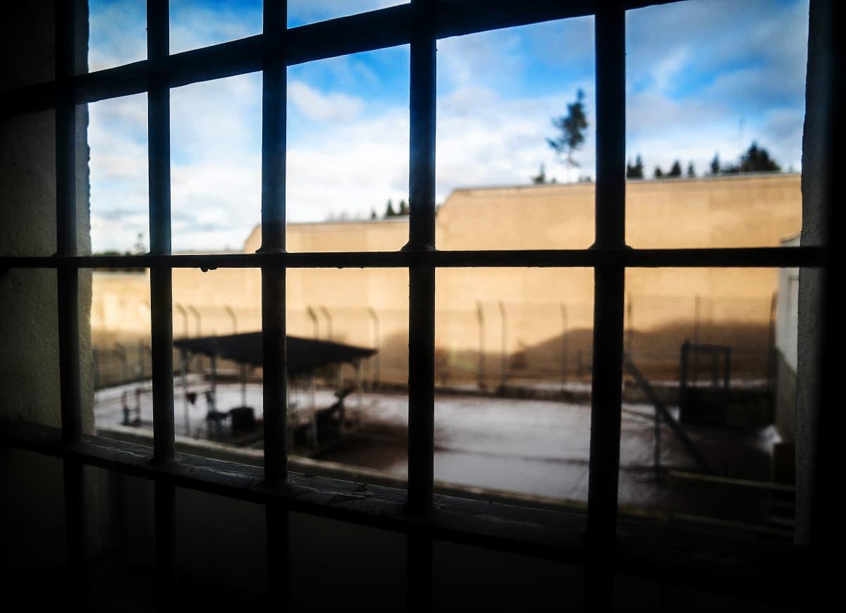 Riihimäen vankilan ikkuna sisältä ulospäin, kalterit.