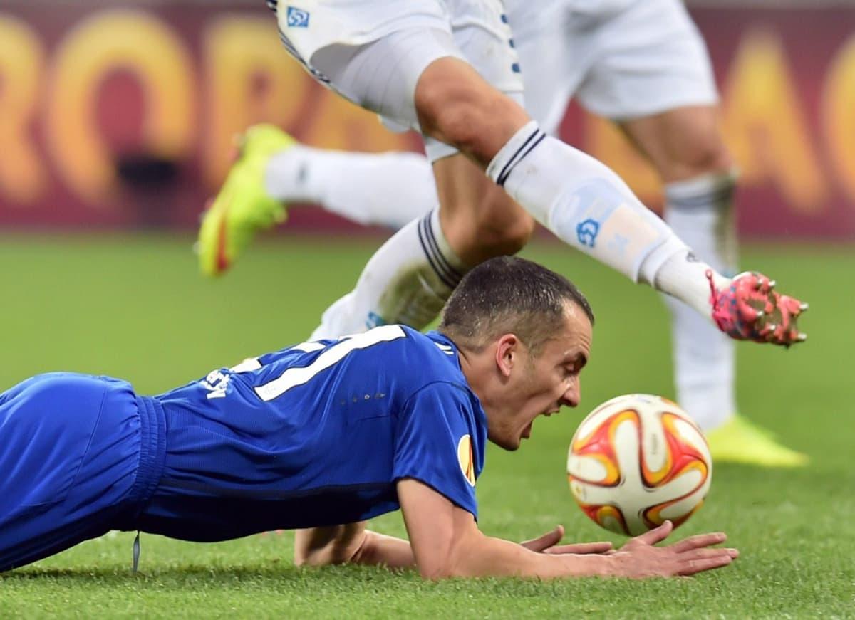 Evertonin Leon Osman makaa nurmen pinnassa.