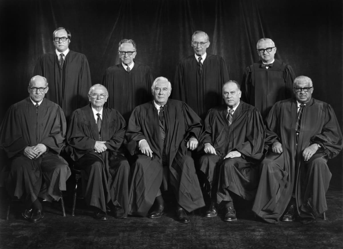 Mustavalkokuvassa Yhdysvaltain korkeimman oikeuden jäsenet kaavuissaan ryhmäkuvassa vuonna 1976.