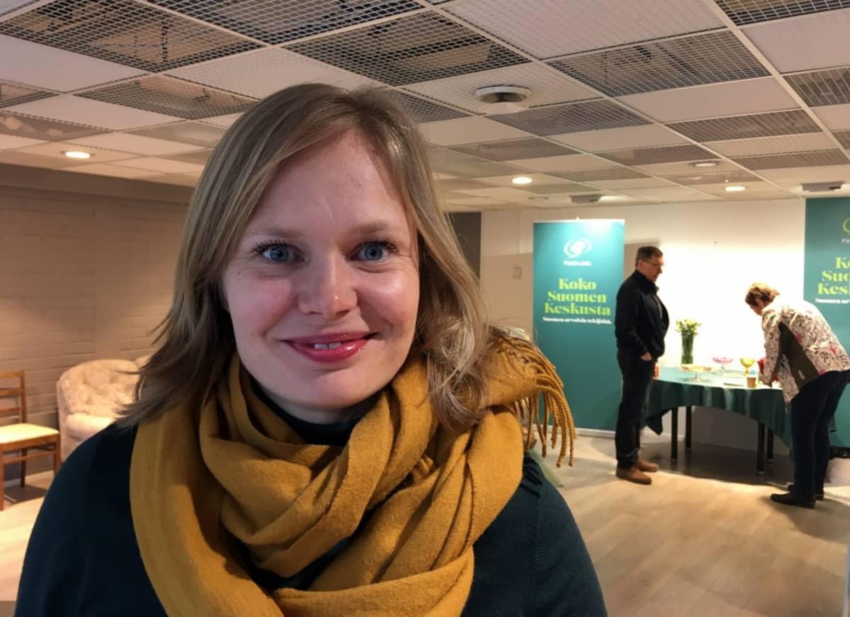 Hanna Kosonen  kampanjoi maanantaina kotikaupungissaan Savonlinnassa.