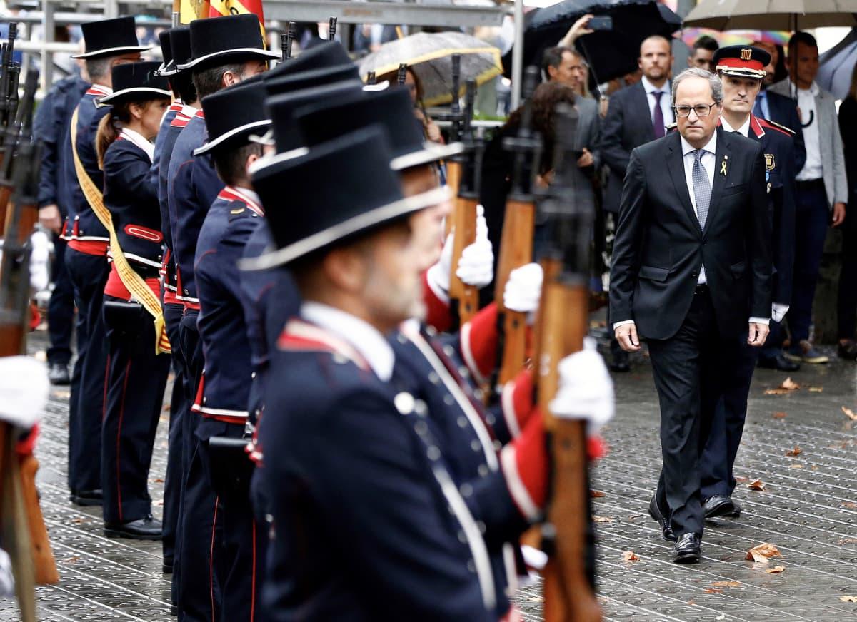 Katalonian aluejohtaja Quim Torra tarkasti seremoniavartioston Barcelonassa alueen kansallispäivänä.