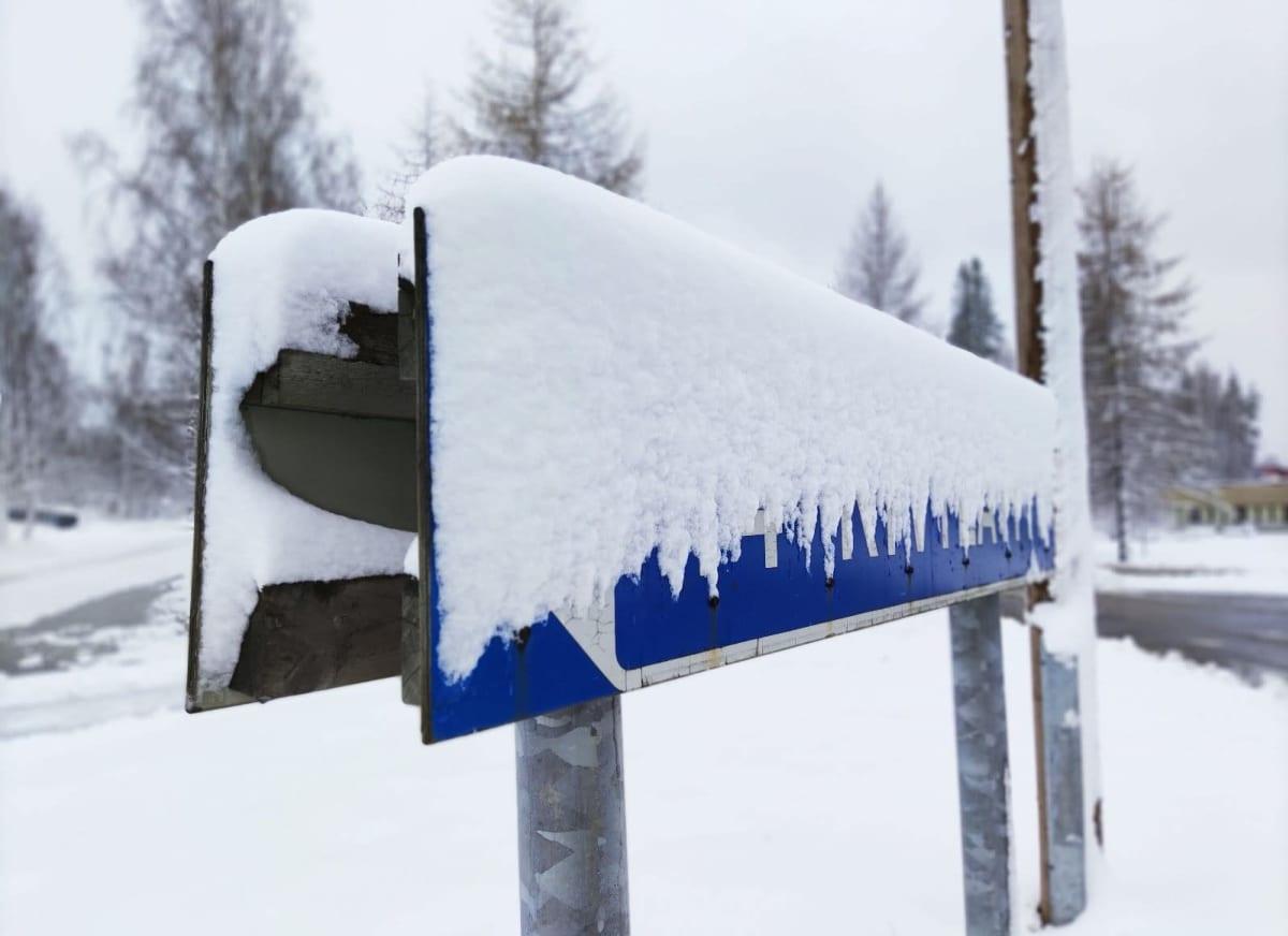 Lumen peittämä tienviitta Joensuun Uimaharjussa.