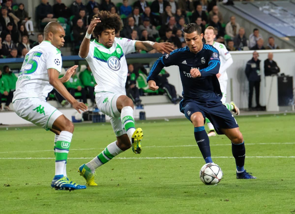 Wolfsburgin Dante (kesk.) yrittää hidastaa Real Madridin Cristiano Ronaldon menoa