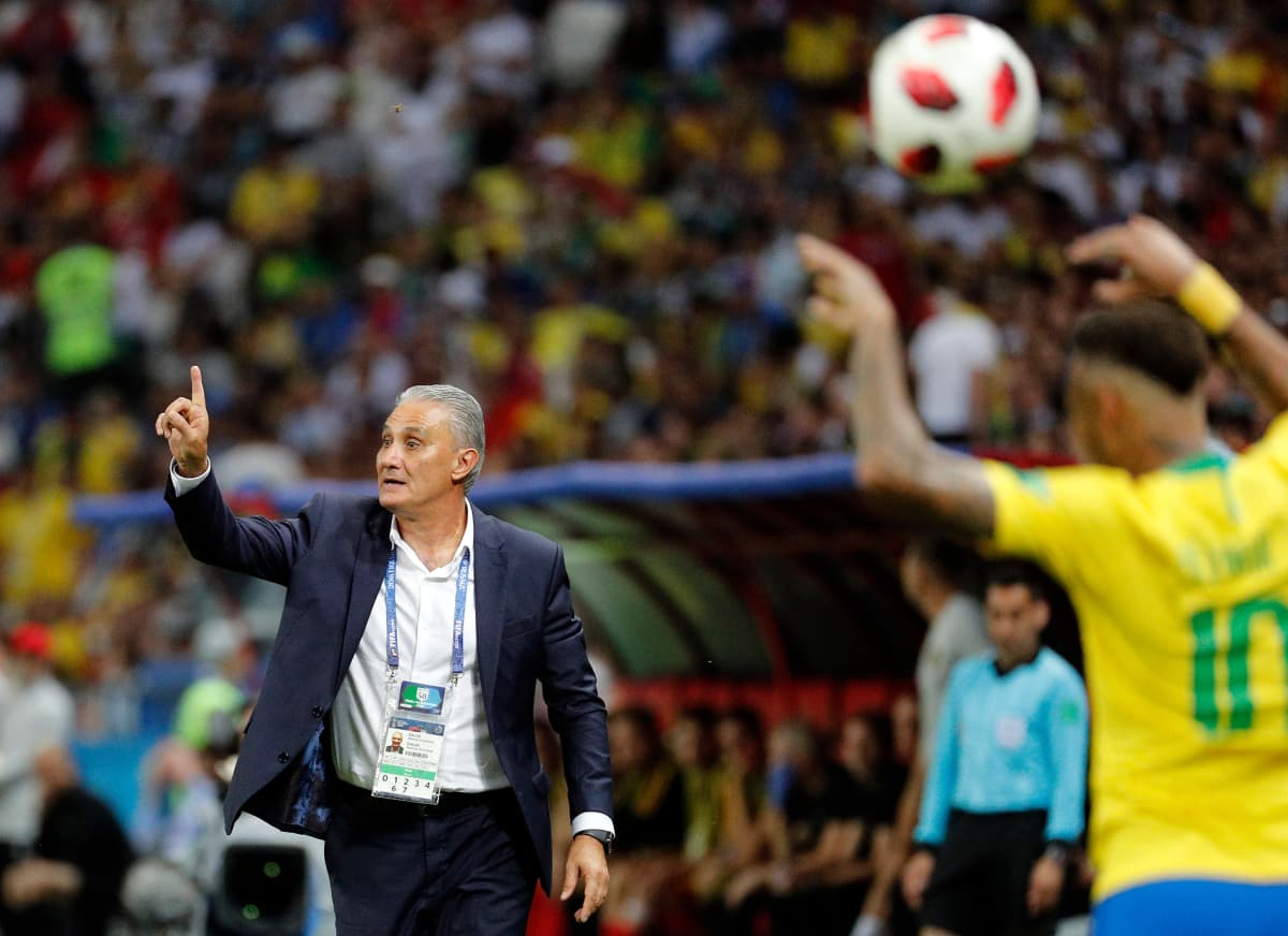 Brasilian päävalmentaja antaa ohjeita kentän laidalta.