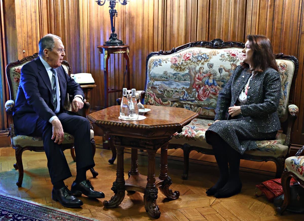 Venäjän ulkoministeri Sergei Lavrov ja Ruotsin ulkoministeri Ann Linde istuvat kuvassa Venäjän ulkoministeriön vastaanottohuoneessa.