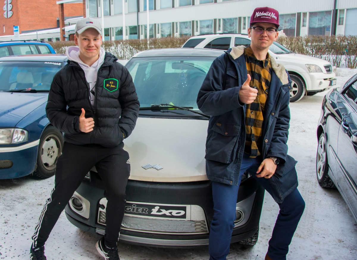 Riku Salo (oikealla) ja Kim Vapola (vasemmalla) nojaa Salon mopoauton keulaan.