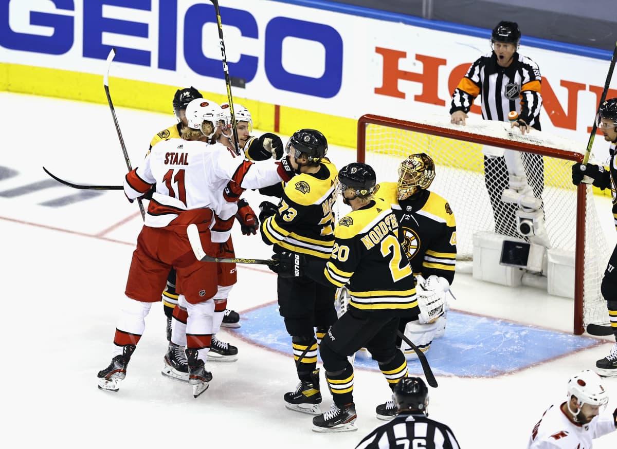 Kuva Boston Bruinsin ja Carolina Hurricanesin ottelusta.