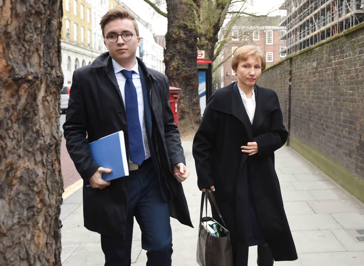 Aleksandr Litvinenkon Marina-leski (oik.) saapumassa brittiviranomaisten kuulemiseen tammikuussa 2016.