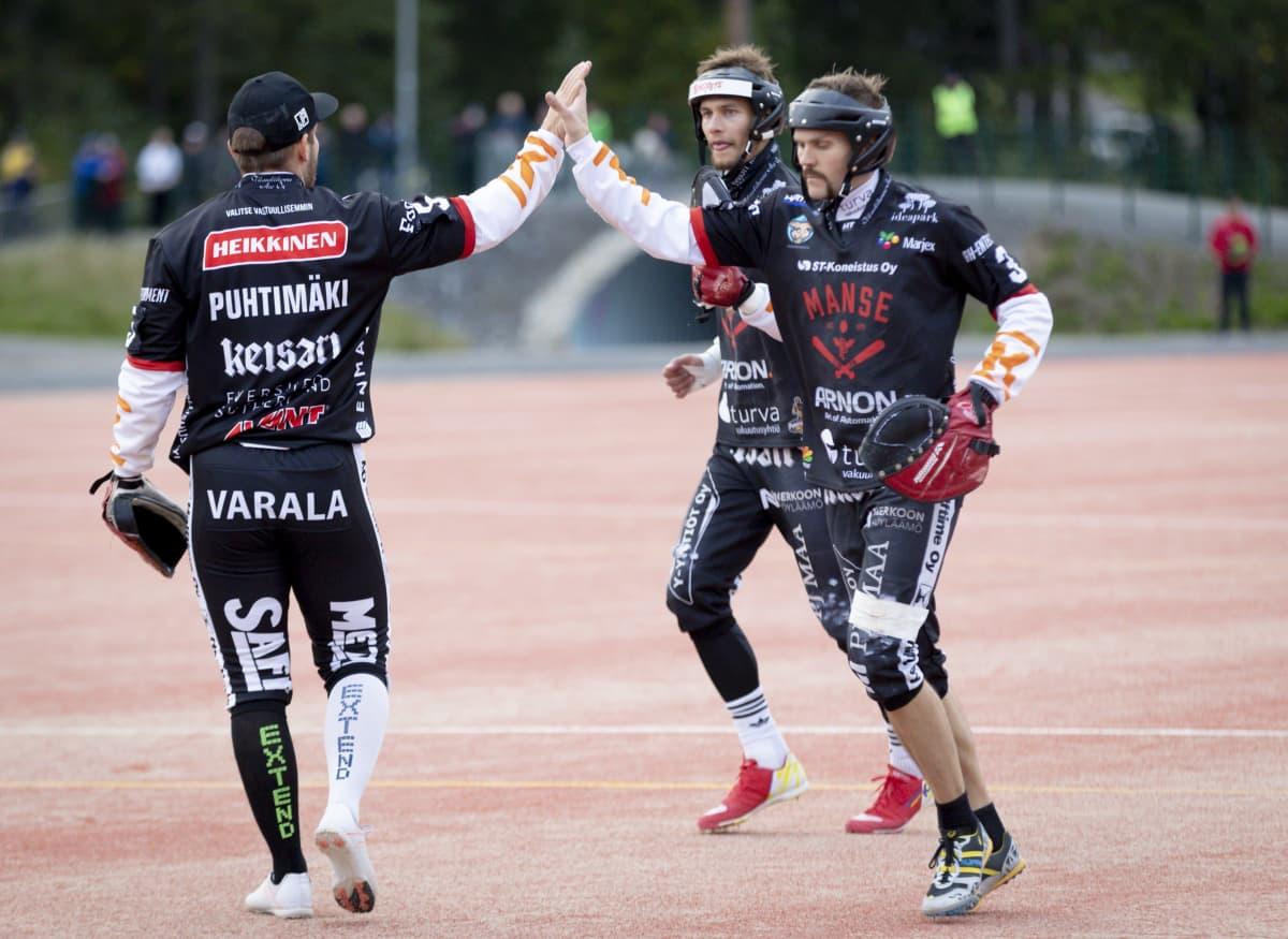 Mansen Juha Puhtimäki (vas.) ja Tuomas Jussila (oik.) paiskaavat ylävitoset miesten pesäpallon Superpesiksen ensimmäisessä finaaliottelussa.