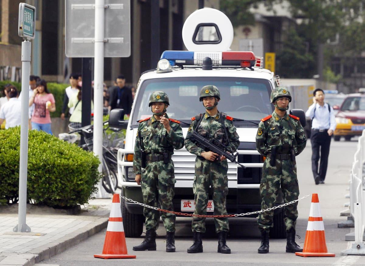 Aseistettuja poliiseja kadulla.