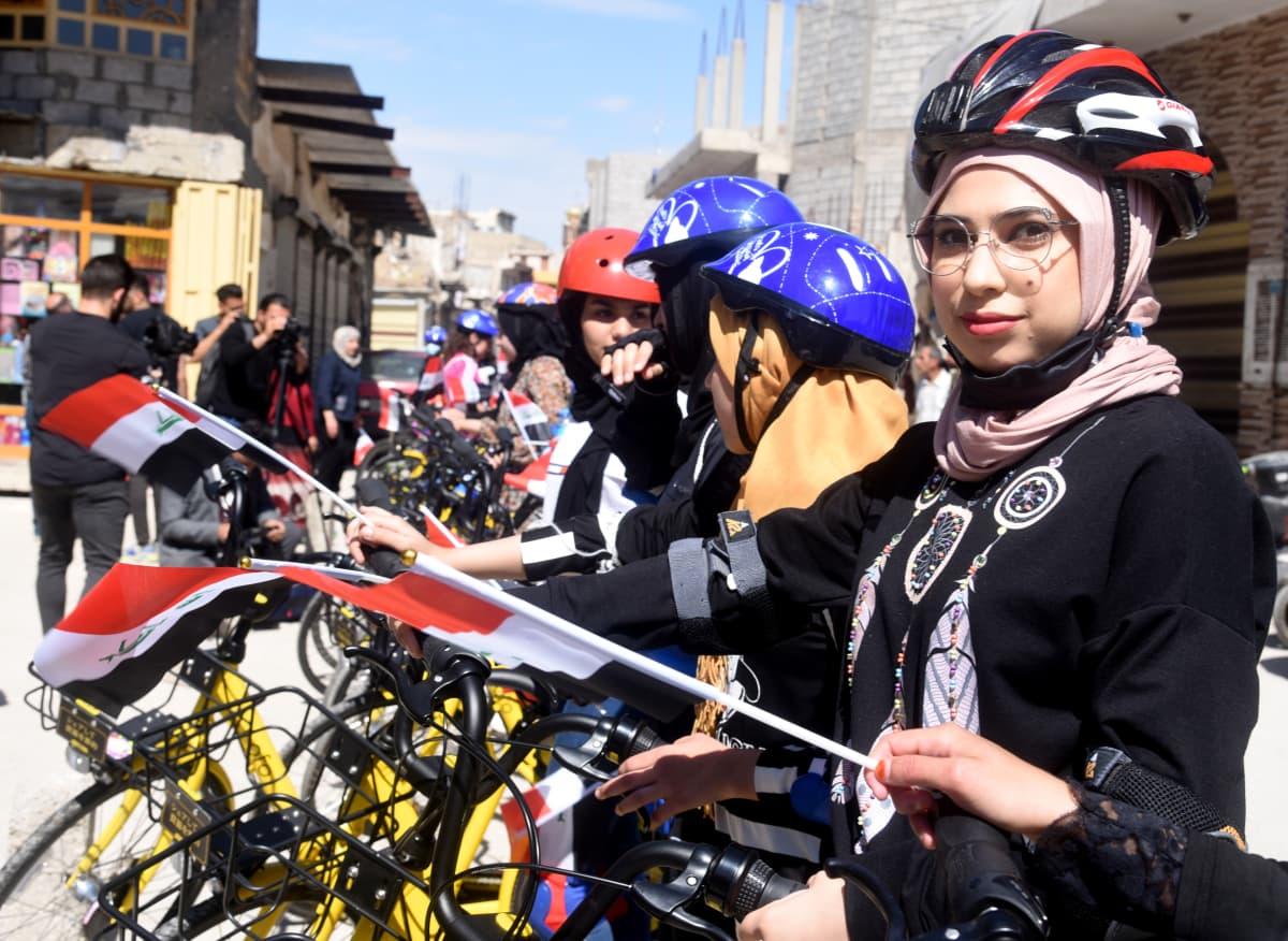 Naisia polkupyörineen Mosulissa.