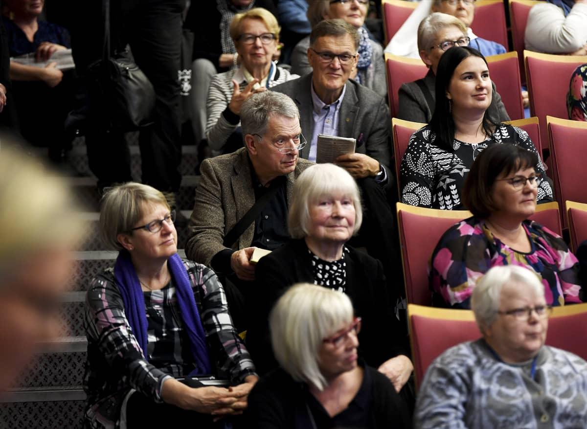 Tasavallan presidentti Sauli Niinistö seurasi Messukeskuksen auditorion portailla istuen keskustelua.