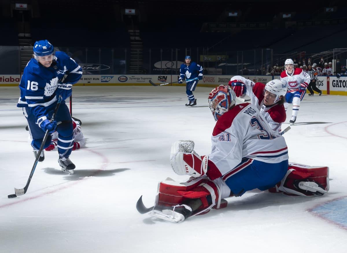 Mitch Marner laukoo NHL:n pudotuspeliottelussa Montrealia vastaan.