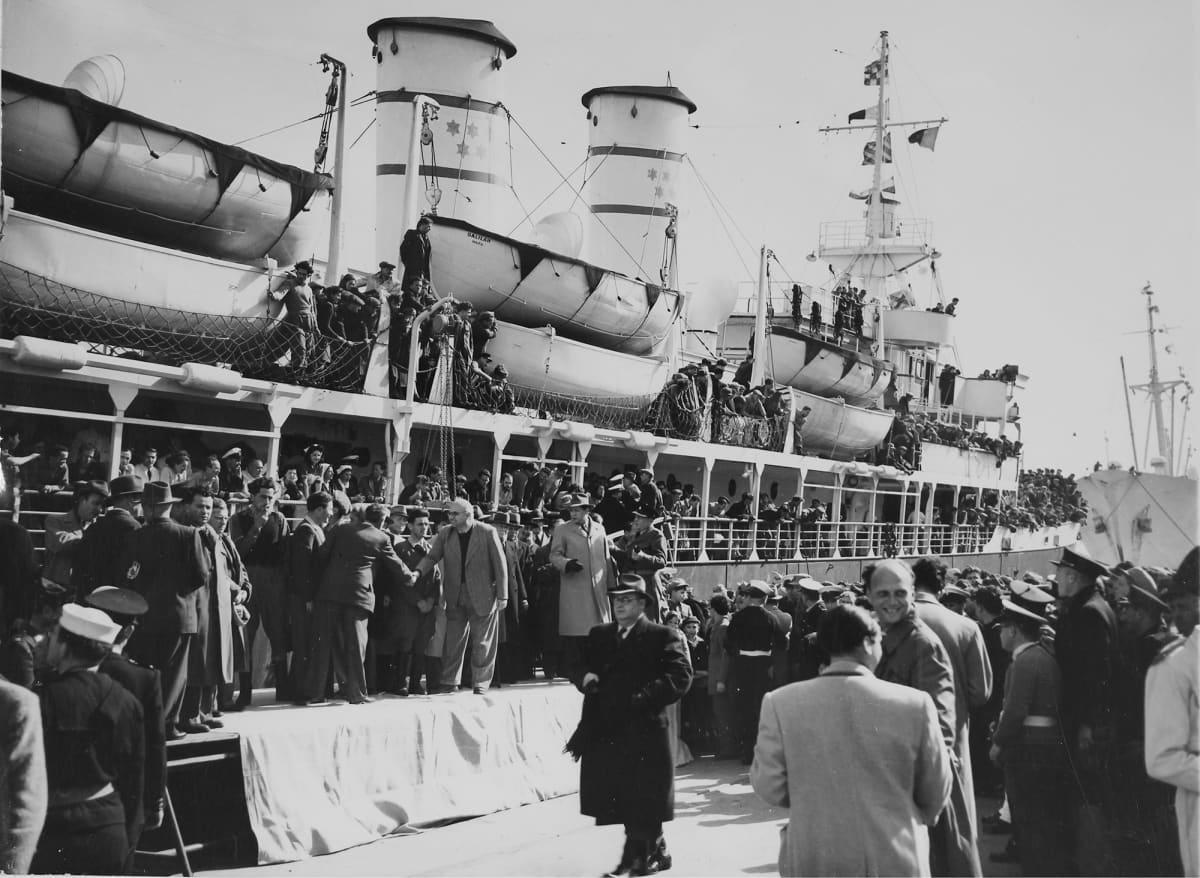 Israelilaisia siirtolaisia Haifan satamassa 1949.