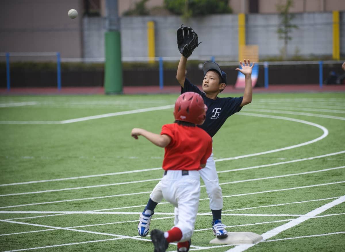 Tiukka tilanne, ehtiikö lyöjä ensin vai pallo? Ogasawaran saarilta tuhannen kilometrin päästä tullut vieraileva pelaaja pelaa ykkösvahtina.