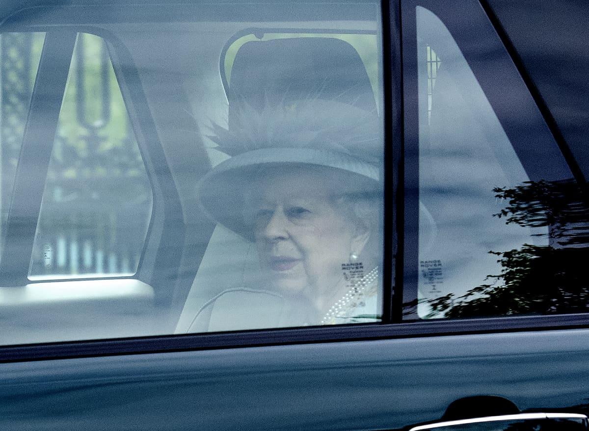 Kuningatar Elizabeth istumassa autossa matkalla Yhdistyneen kuningaskunnan parlamentin uuden istuntokauden alkamisseremoniaan.