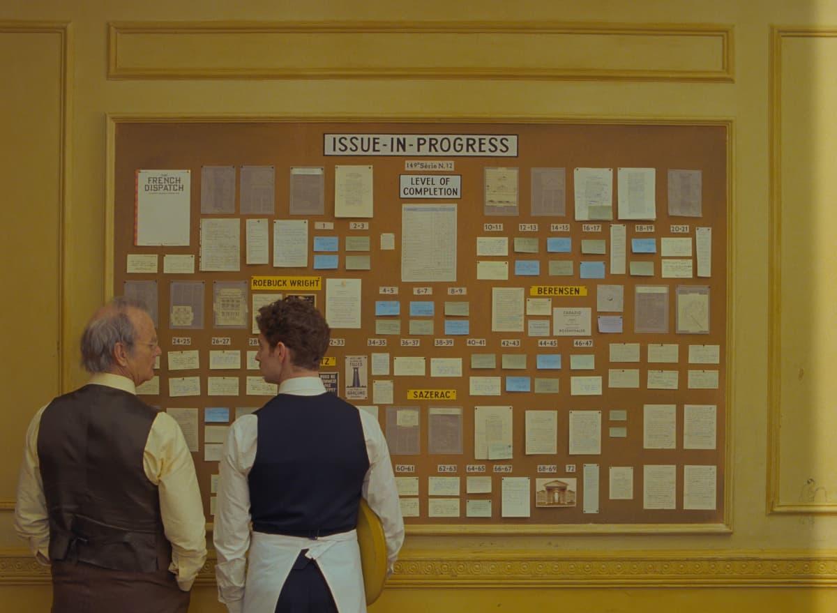 Toimittajat suunnittelutaulun edessä elokuvassa The French Dispatch.