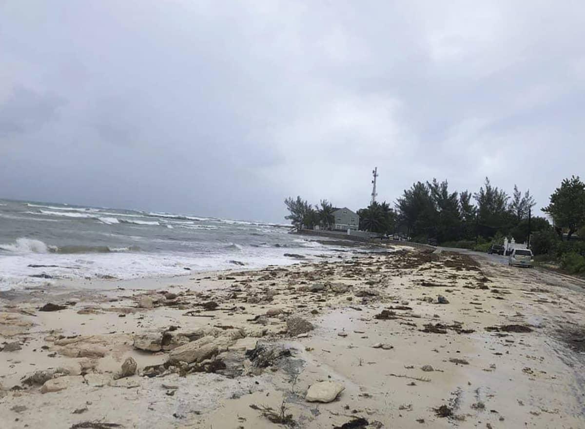 Aalot vyöryvät rantaan Nassaussa Bahamalla.