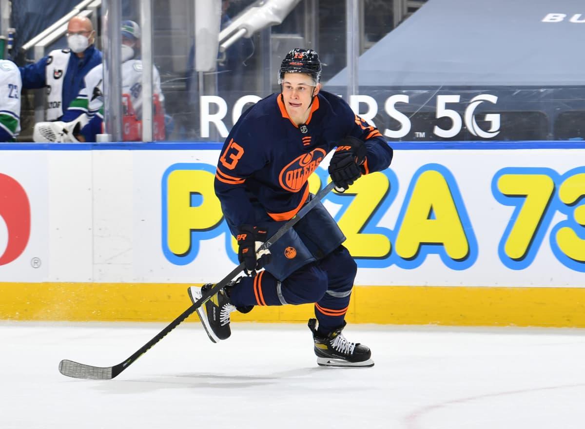 Jesse Puljujärvi luistelee Edmonton Oilersin asussa ottelussa Vancouver Canucksia vastaan