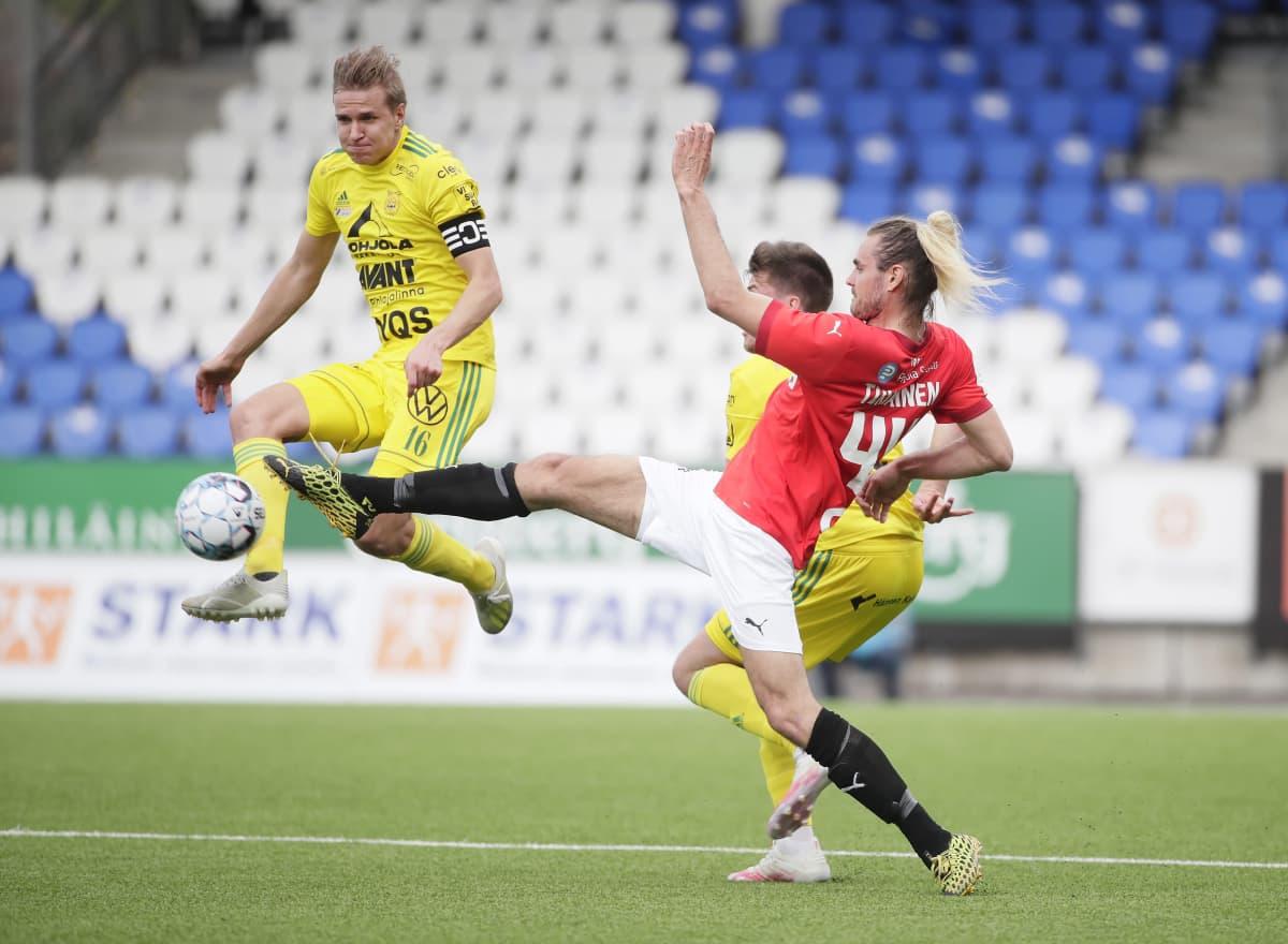 HIFK Ilves Sakari Tukiainen pallontavoittelutilanteessa