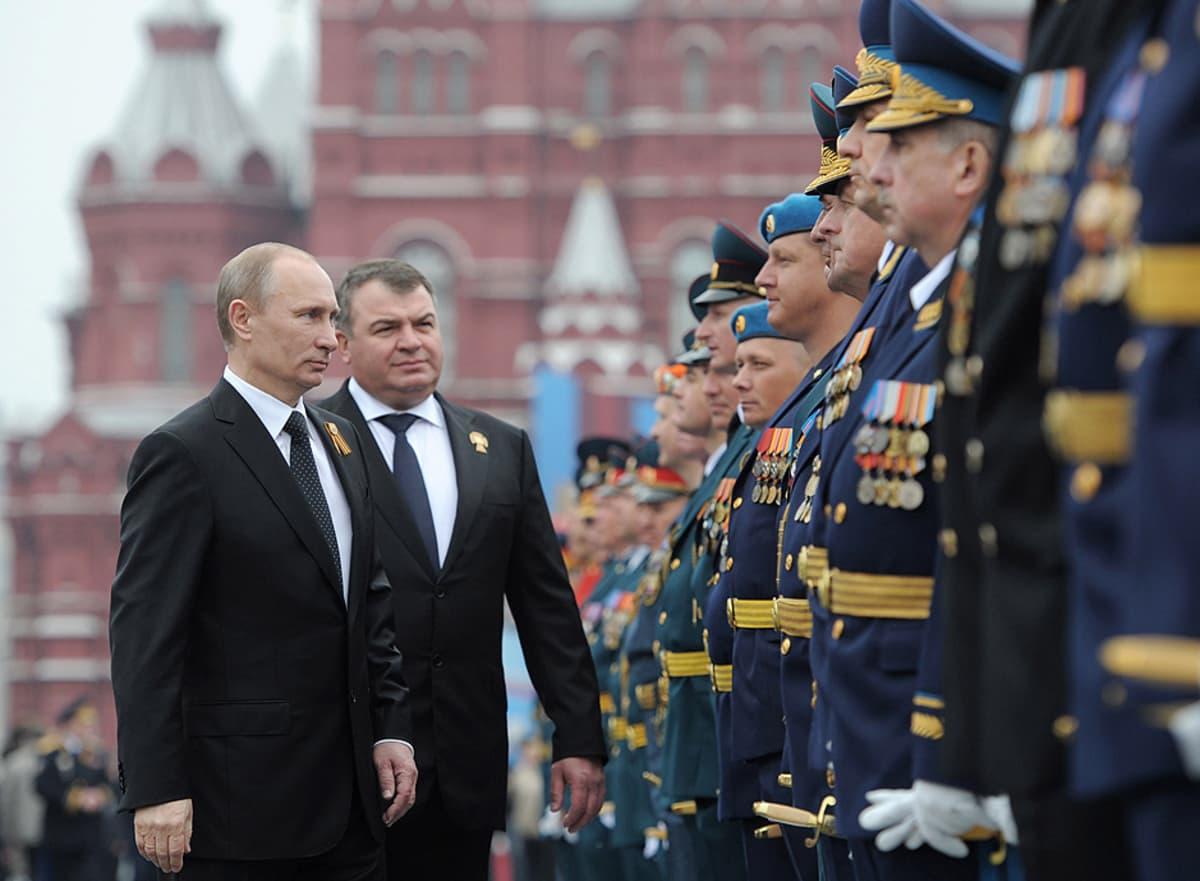 Venäjän presidentti Vladimir Putin ja puolustusministeri Anatoli Serdjukov Voiton päivän paraatissa Punaisella torilla Moskovassa.