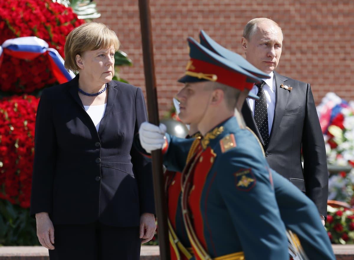 Saksan liittokansleri Angela Merkel ja Venäjän presidentti Vladimir Putin Moskovassa seppeleenlaskun jälkeen 10.5.2015.