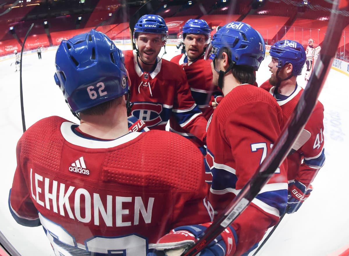 Artturi Lehkonen juhlimassa Montrealin maalia ketjukavereidensa kanssa selkä kameraan päin.