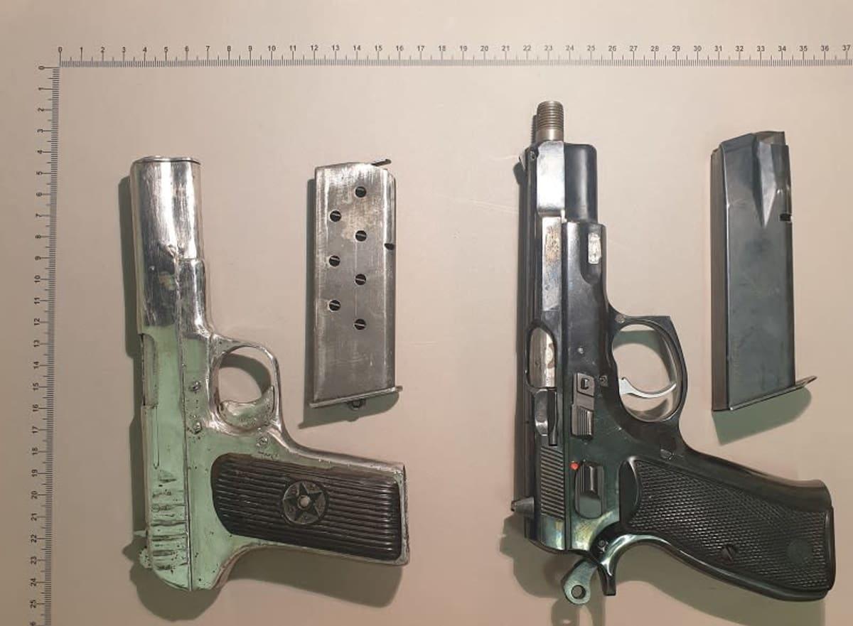 Ampuma-aseita poliisin takavarikossa.