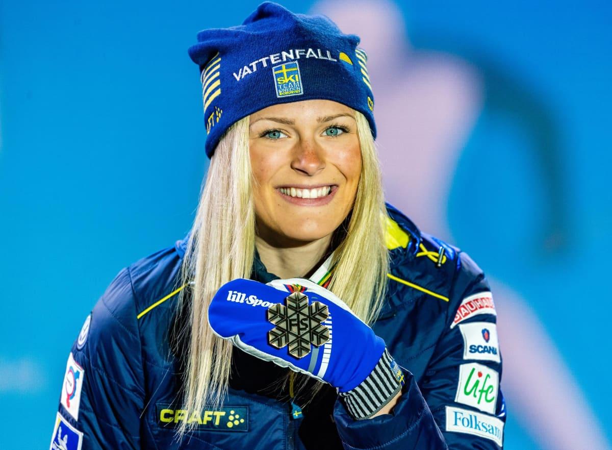 Frida Karlsson voitti 19-vuotiaana uransa ensimmäisissä aikuisten MM-kisoissa kolme mitalia, joista kaksi tuli henkilökohtaisilta matkoilta. Kuvassa hän esittelee 30 kilometrin yhteislähdöstä voittamaansa pronssimitalia.