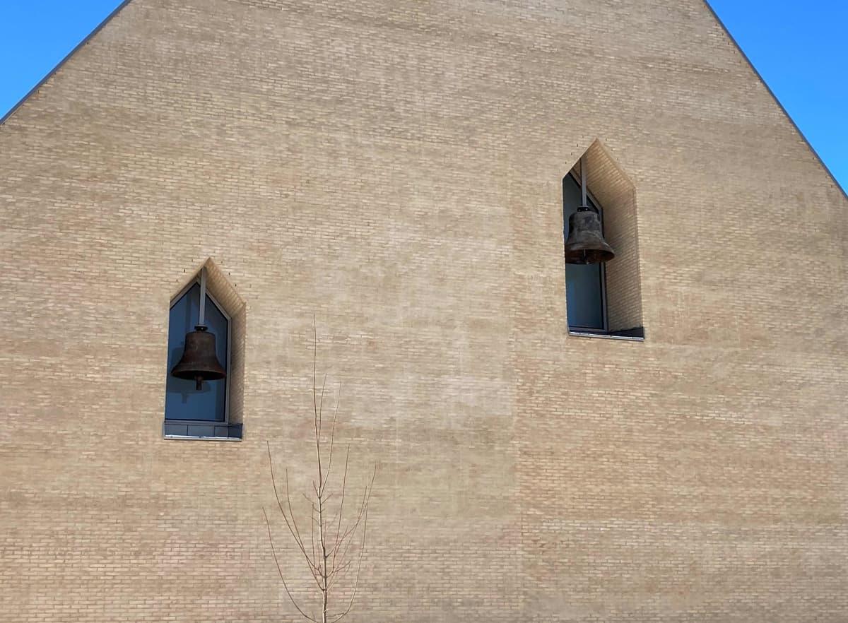 Ylivieskan uuden kirkon seinällä olevat kirkonkellot.