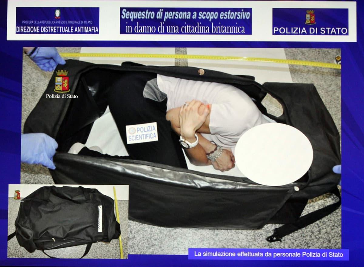 Henkilö makaa kippurassa laukun sisällä.