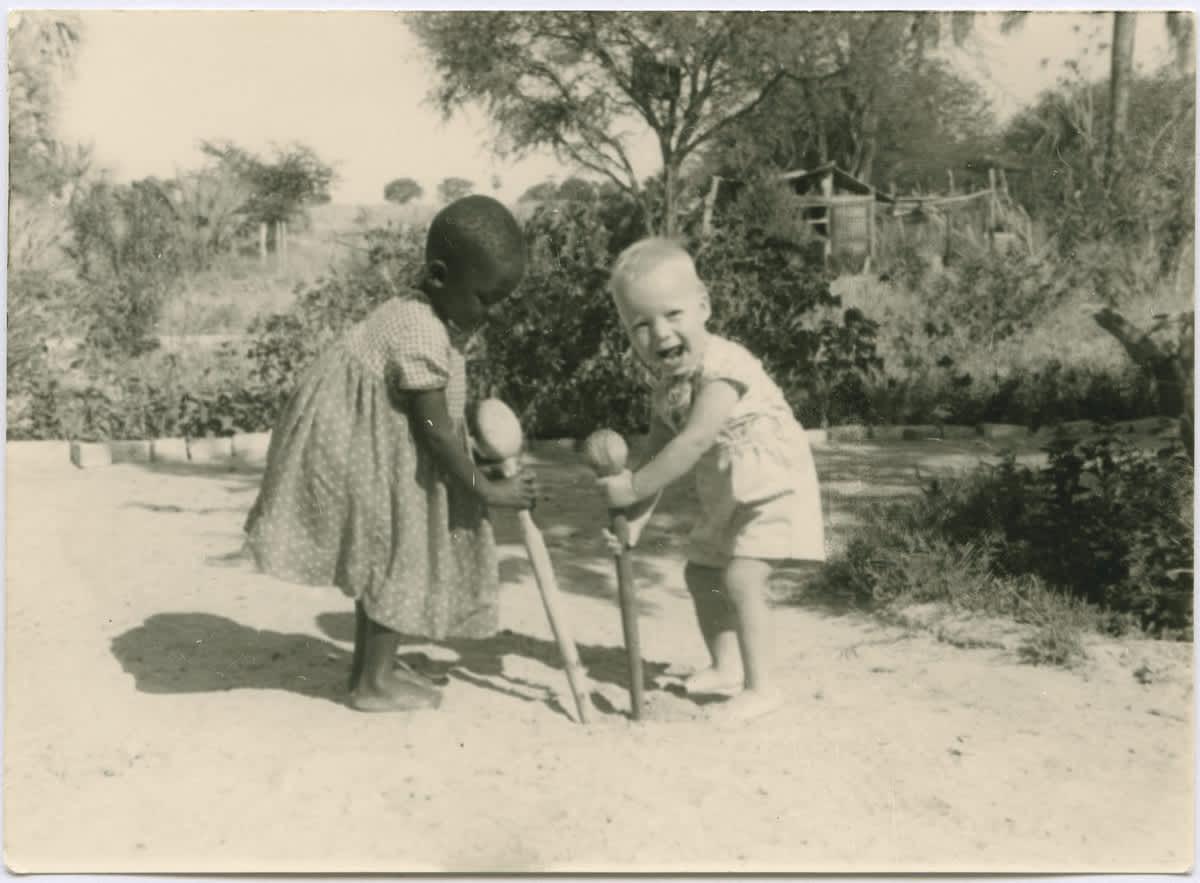 Ambomaa, lähetyssaarnaajien lapsia, 1910-1930, Suomen Lähetysseura ry:n kuvakokoelma, Kaksi lasta leikkivät heittonuijilla.
