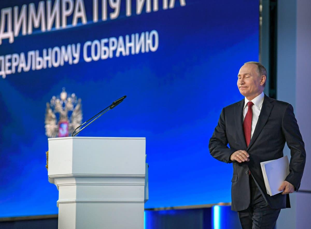 Vladimir Putin kävelee kohti puhujanpönttöä