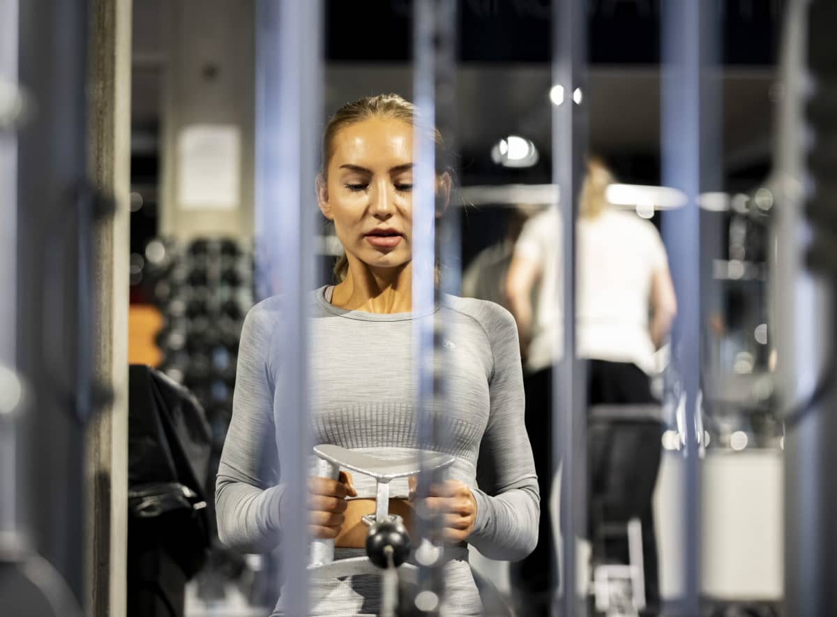 Someyrittäjä Sanna-Maria Seilamo treenaamassa kuntosalilla.