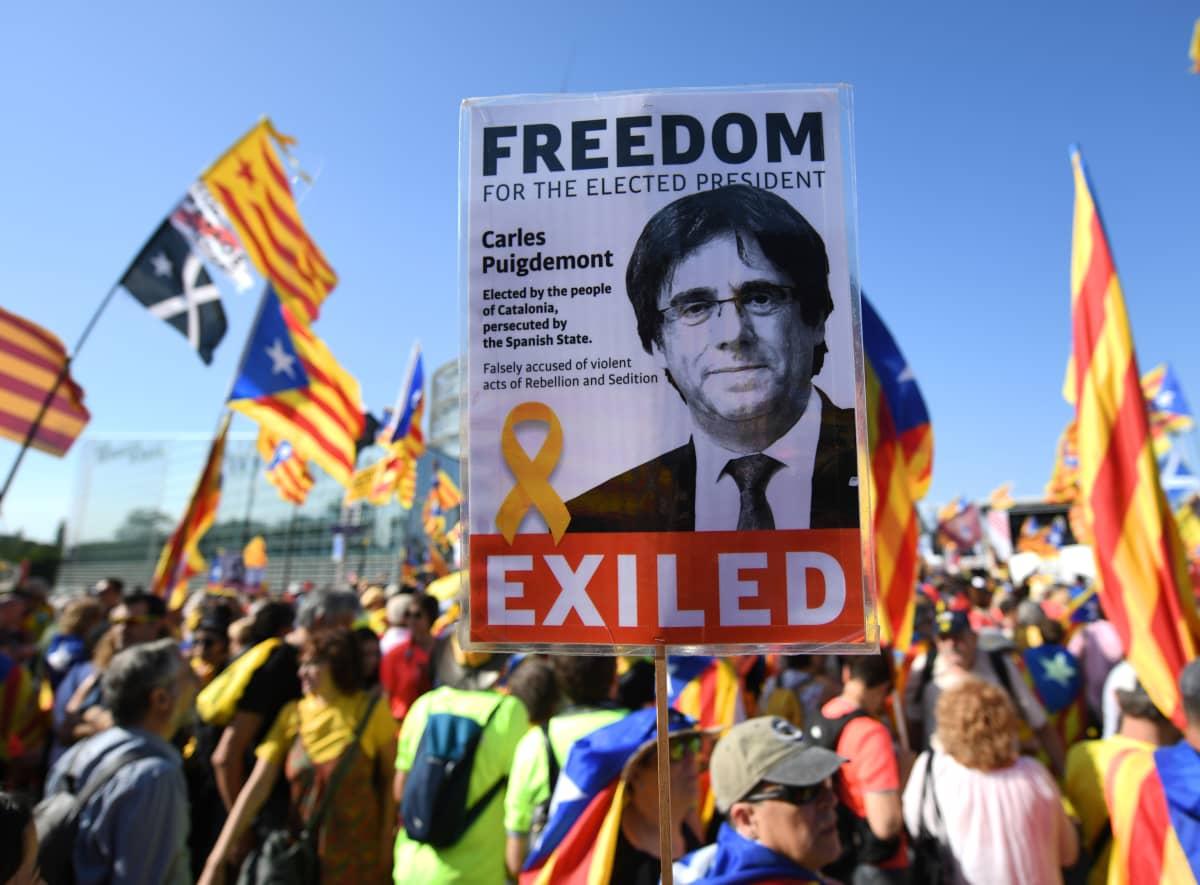 Protestoijia europarlamentin edessä 2. heinäkuuta.