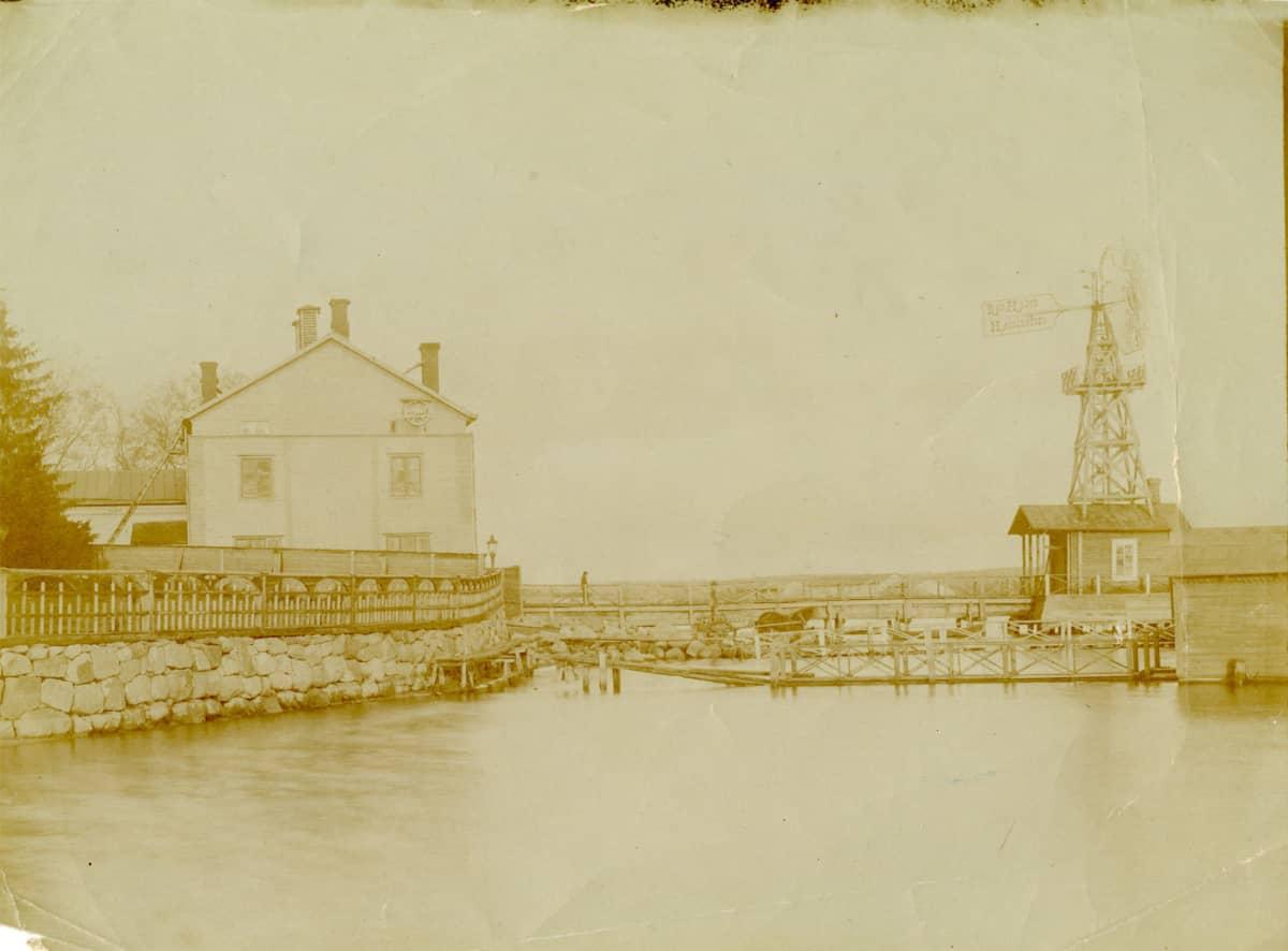 Vanha kuva talosta järven rannalla