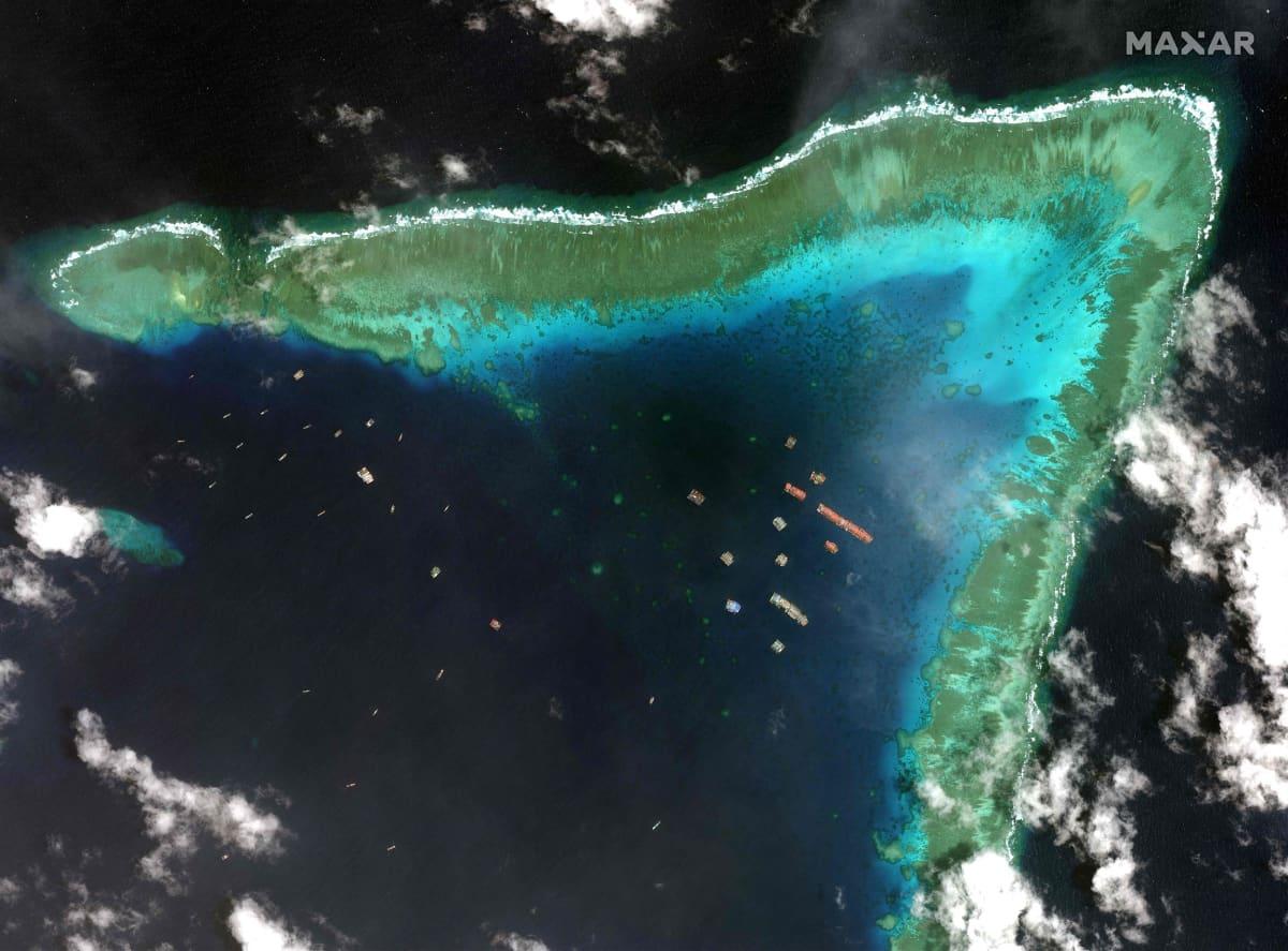 Satelliittikuvassa näkyy kiinalaisia aluksia Whitsun-riutalla Union Banks -atolllin pohjoiskärjessä Spratlysaarilla.