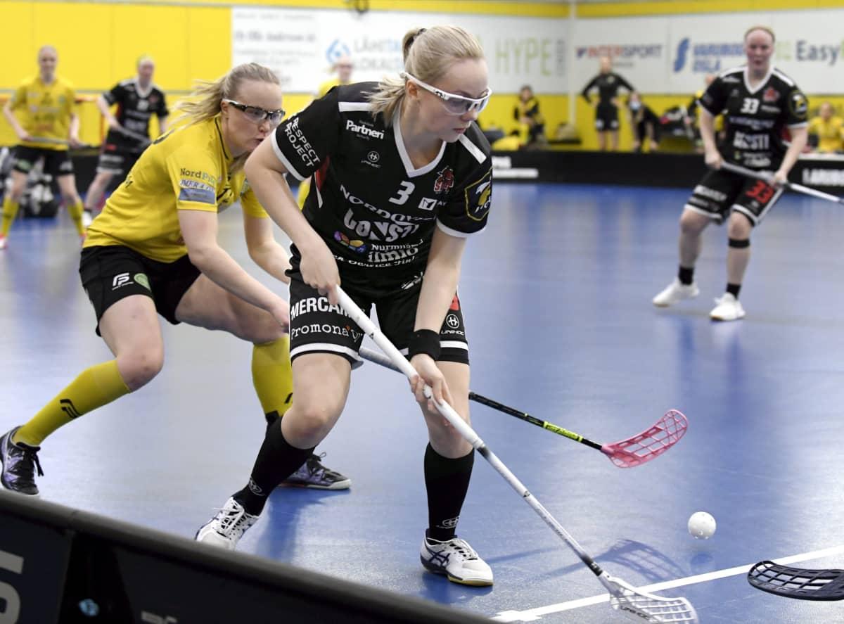 PSS:n Ella Sundström (vas.) ja SB-Pron Jenina Hämäläinen kuvassa