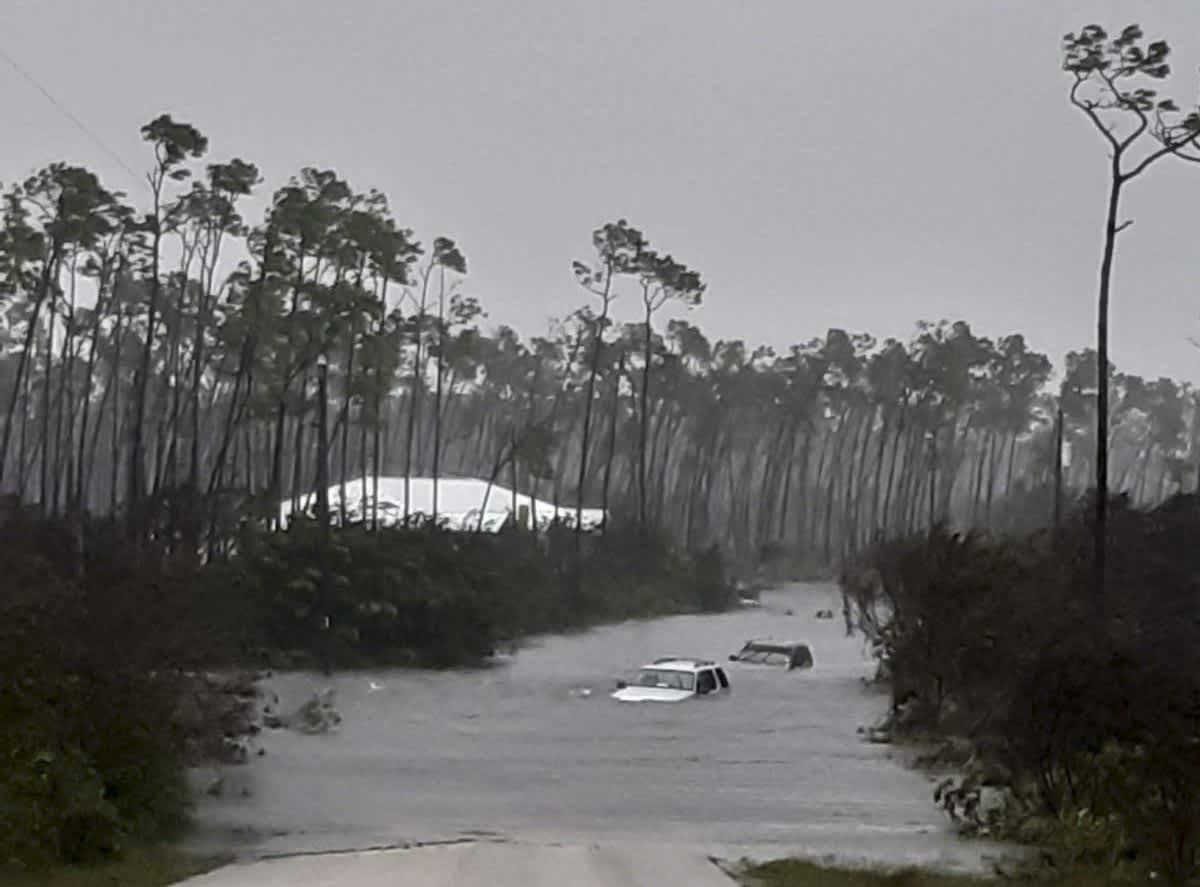 Autoja kelluu tulvavesien valtaamassa Freeportin kaupungissa Bahamasaarilla.