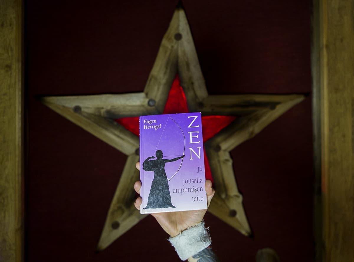 Annsi Kipon Zen ja jousella ampumisen taito -kirja.