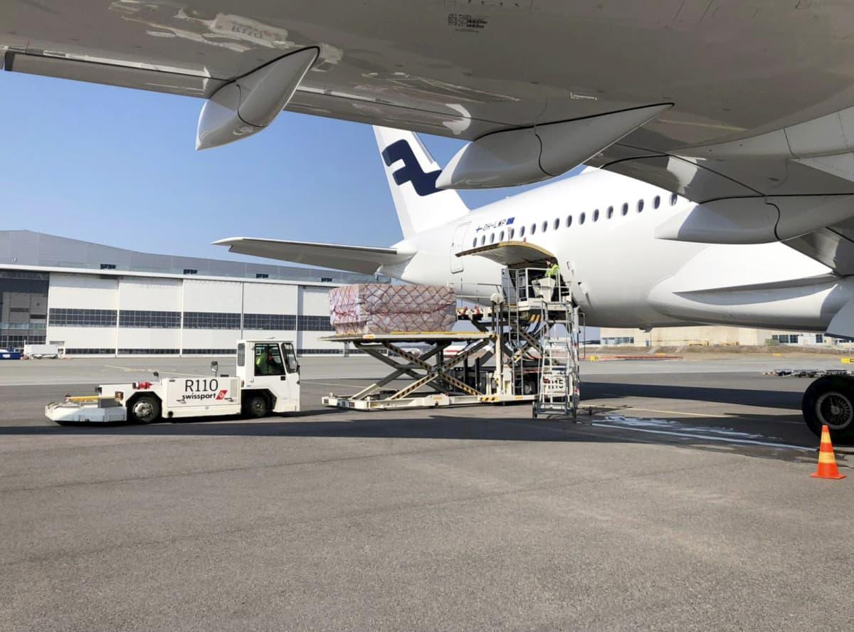 Huoltovarmuuskeskuksen toimitusjohtajan Tomi Louneman tviittaama kuva Finnairin lentokoneesta, joka toi kirurgisia maskeja (2 milj. kpl) ja hengityksensuojaimia (230 000 kpl) Kiinan Quangzhousta, Helsinki-Vantaan lentokentällä 7. huhtikuuta 2020.