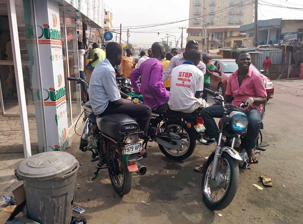 Nigerian nuori väestö  kasvaa ja pakkautuu kaupunkeihin, myös Lagosiin.