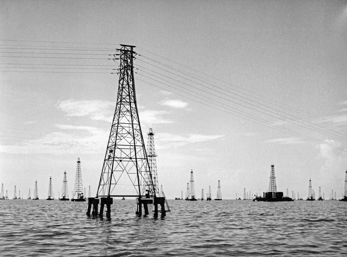 Öljykenttä Maracaibo-järvellä vuonna 1976.