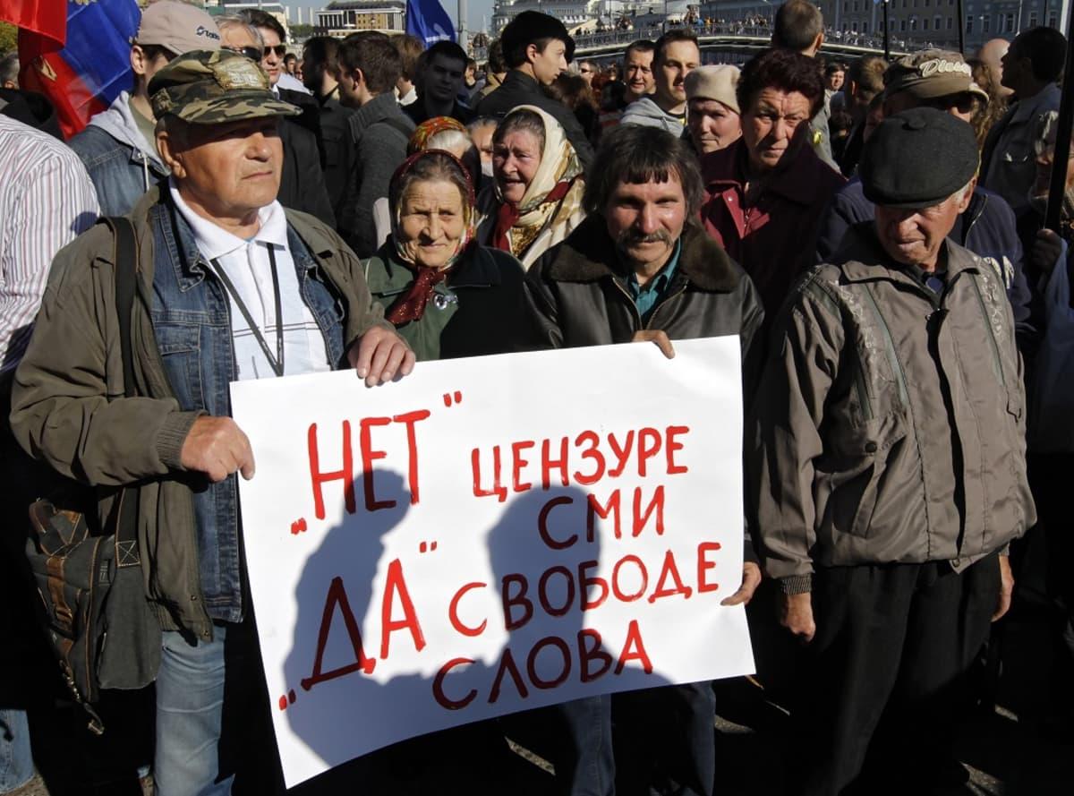 Kuvassa mielenosoittajia. Etualalla olevassa kyltissä vaaditaan tiedotusvälineiden sensuroinnin lopettamista. Moskovassa syyskuussa vuonna 2010 järjestettyyn mielenosoitukseen osallistui yli tuhat ihmistä.