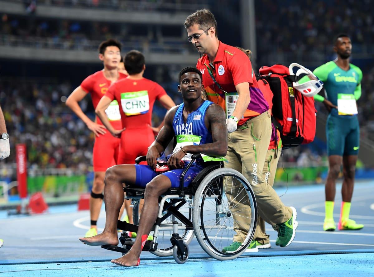 Yhdysvaltain Trayvon Bromell kuljetettiin pyörätuolissa pois kentältä Rion olympialaisten pikaviestin jälkeen.