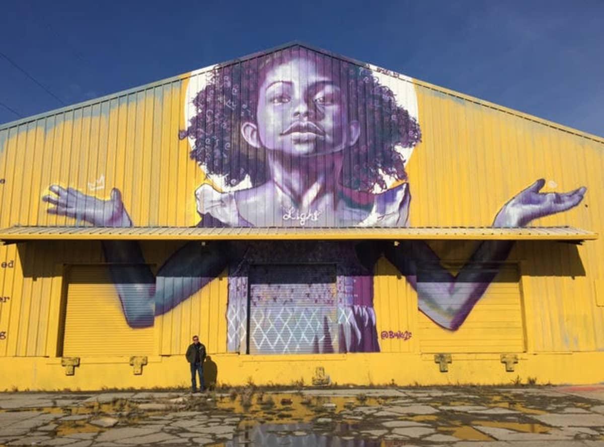 rakennuksen seinässä iso maalaus lapsesta