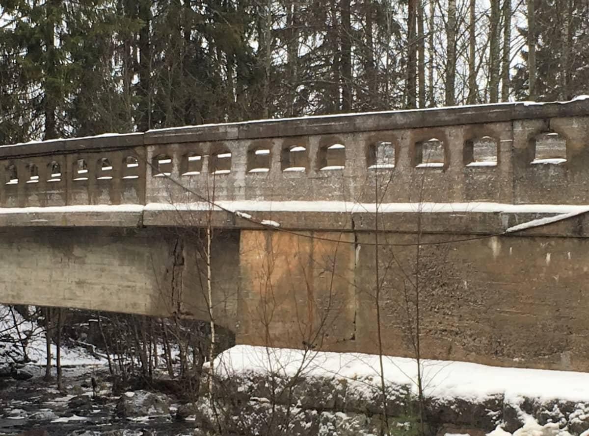 Björkenheimin sillassa Seinäjoella on halkeamia.