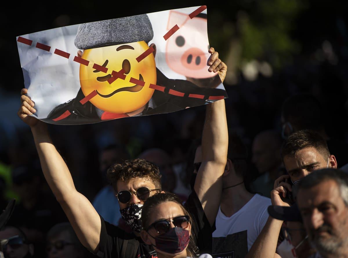 Mielenosoittajat huusivat hallinnonvastaisia iskulauseita Bulgarian pääkaupungissa Sofiassa järjestetyssä mielenosoituksessa 10. heinäkuuta 2020.